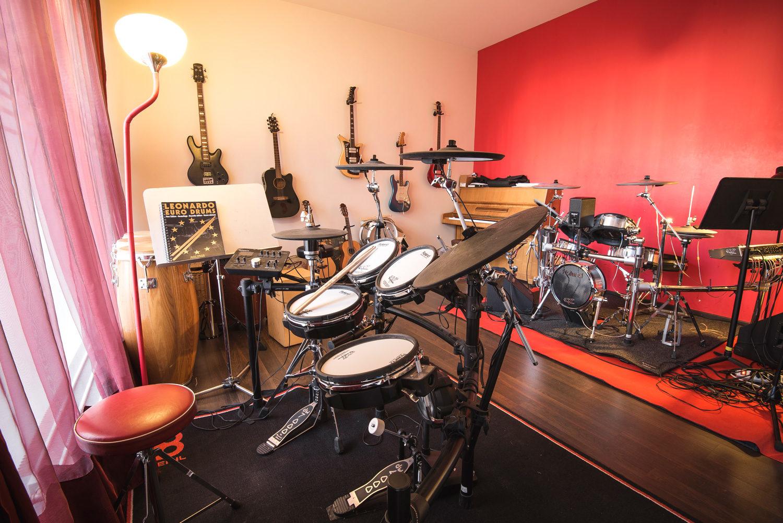 cours de batterie et de percussion dans une grande salle de musique à Genève